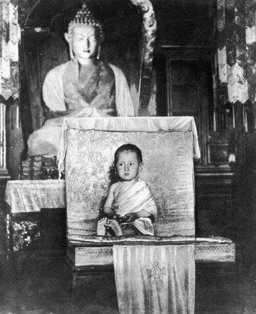 Le Dalaï Lama à 2 ans