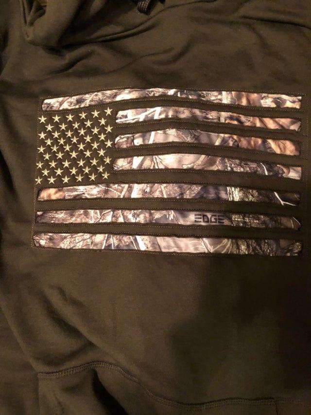 Un drapeau américain mal fait sur un t-shirt