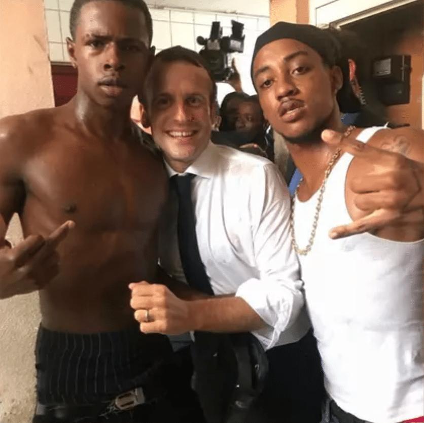Emmanuel Macron avec de jeunes noirs