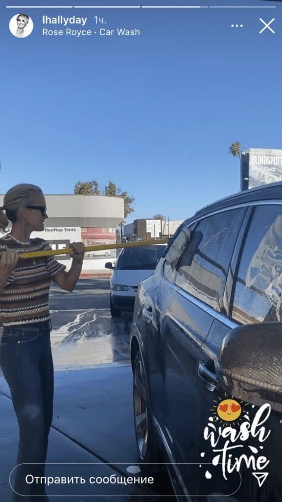Laeticia Hallyday en pleine séance de lavage de voitures