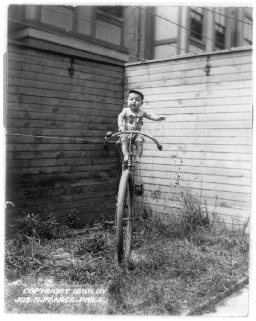 Un bébé en équilibre sur un vélo