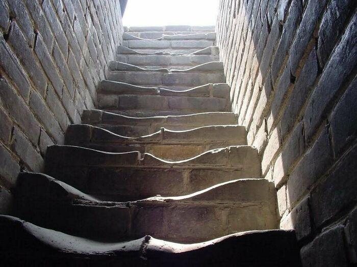un escalier usé par le passage