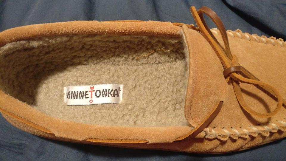Une étiquette mal placée dans une chaussure