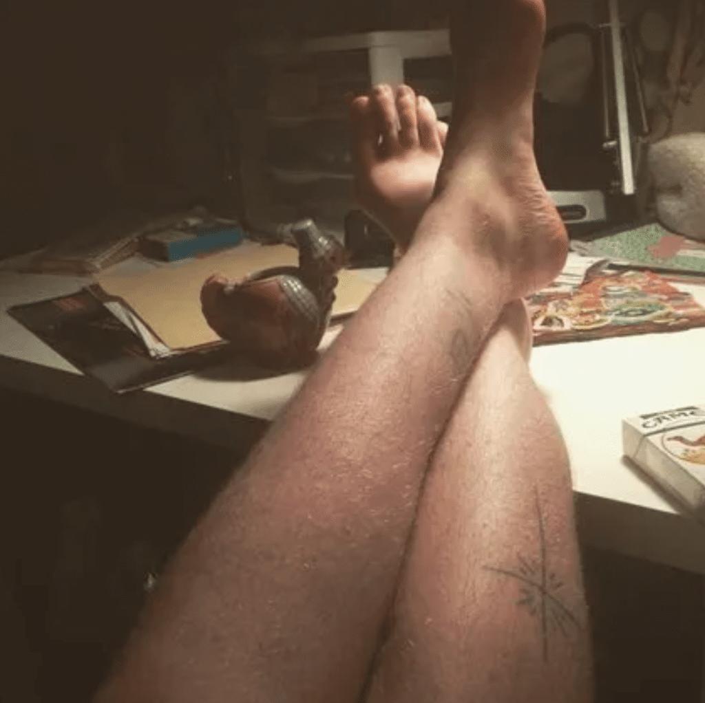des poils sur les jambes d'une femme