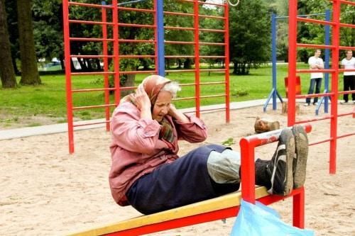 une mamie faisant des redressements assis