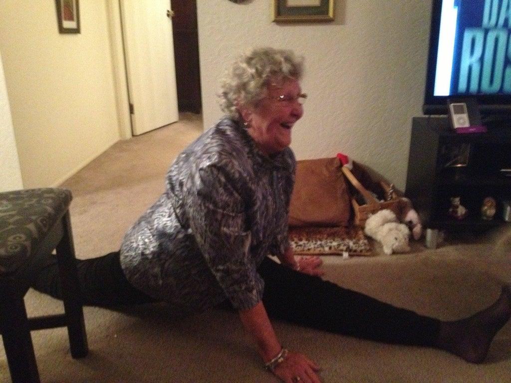 une grand-mère faisant le grand écart