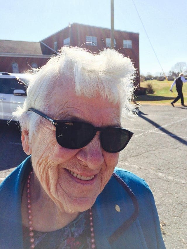 une mamie avec des lunettes de soleil