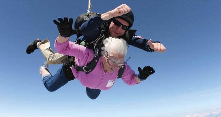 une grand-mère en parachute