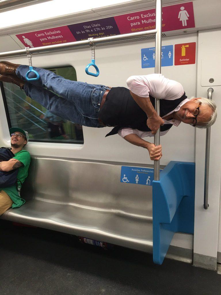 un grand-père dans le métro