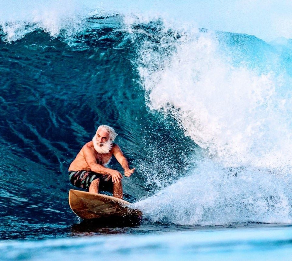 un grand-père surfeur