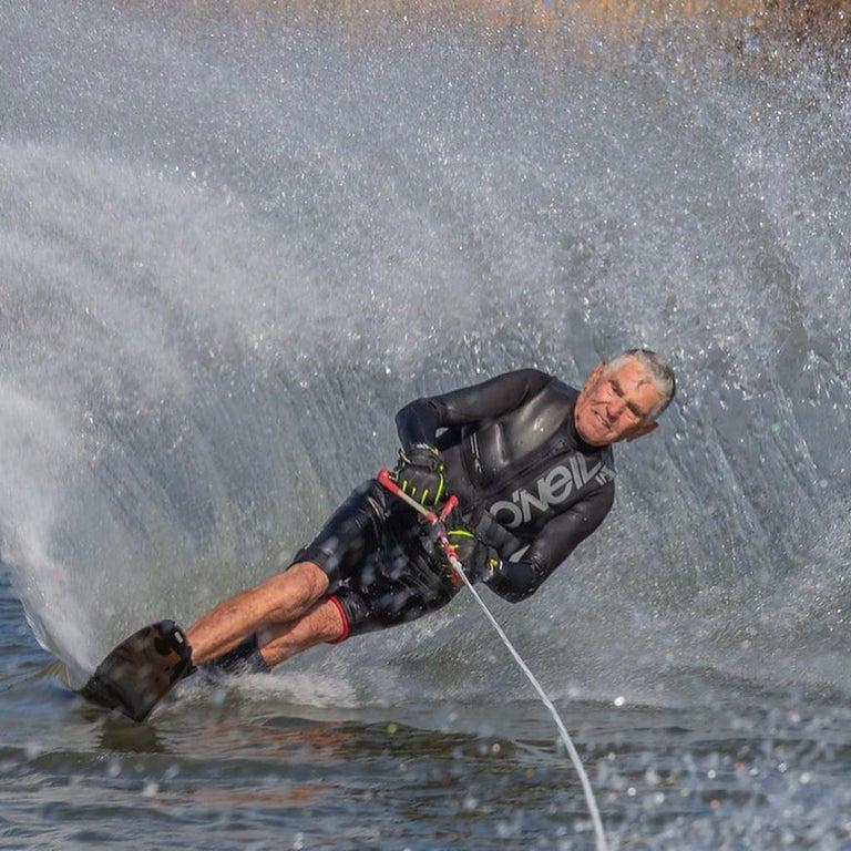un senior qui fait du jet ski