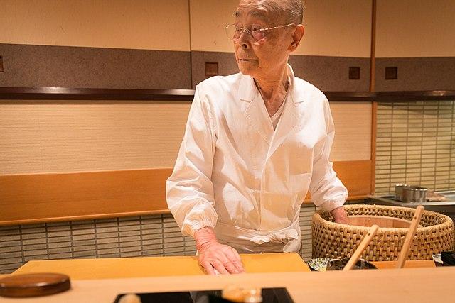 Jiro Ono fait des sushis