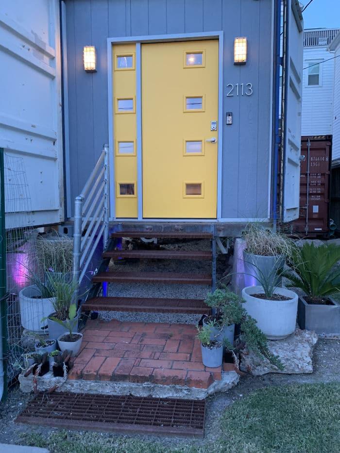 L'entrée de la maison dans des conteneurs