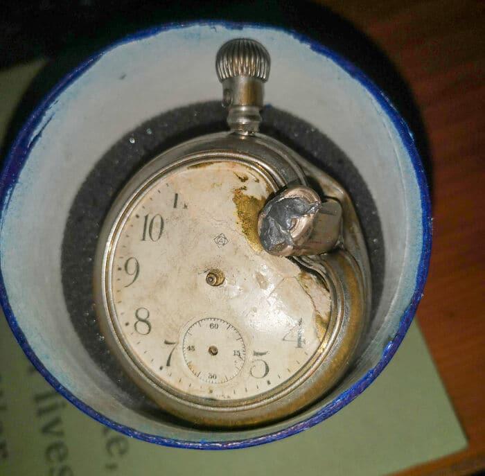 une vieille montre de poche usée