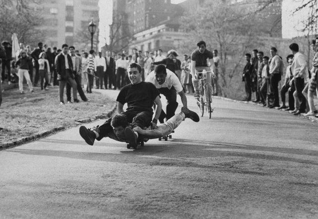 des adolescents qui jouent en 1965