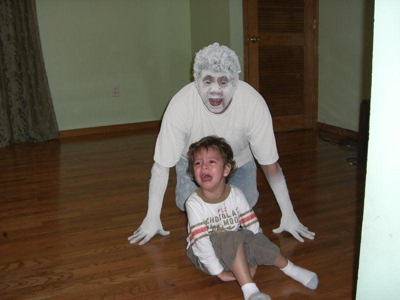 un adulte avec de la farine