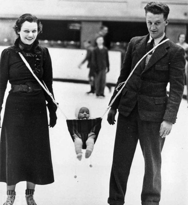 Un couple avec un porte bébé en 1936