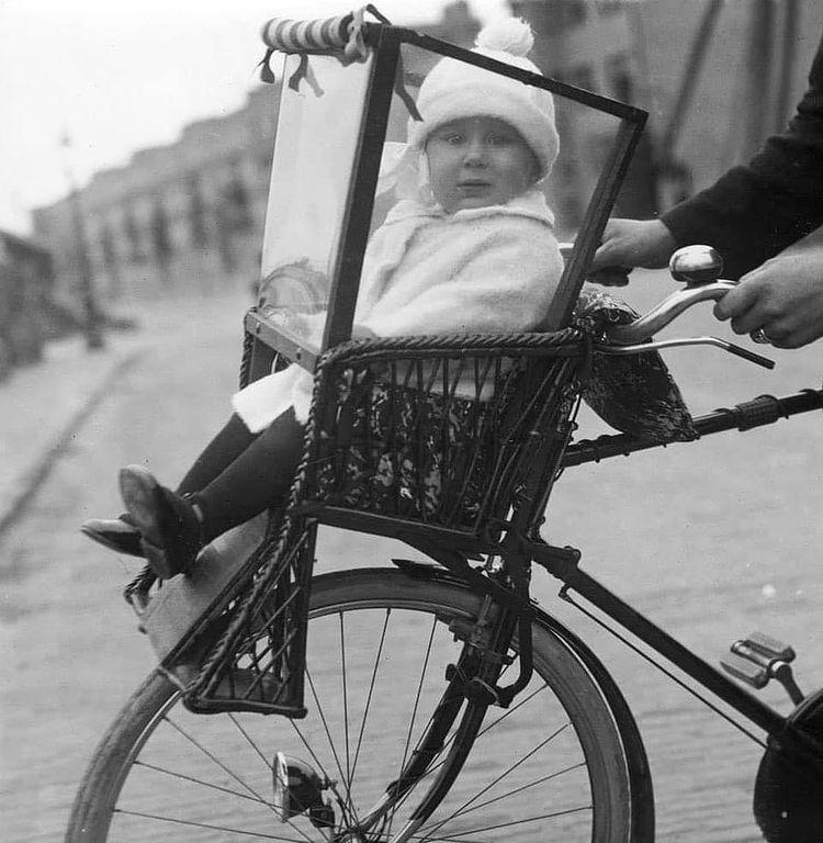 un bébé dans un vieux porte-bébé