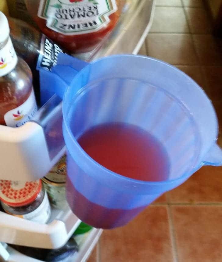 une tasse attrapée par un réfrigérateur
