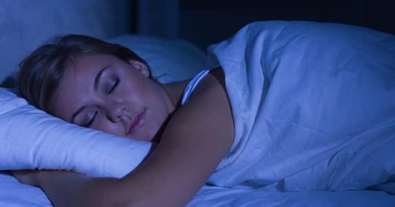 Une femme qui dort avec un drap quand il fait chaud