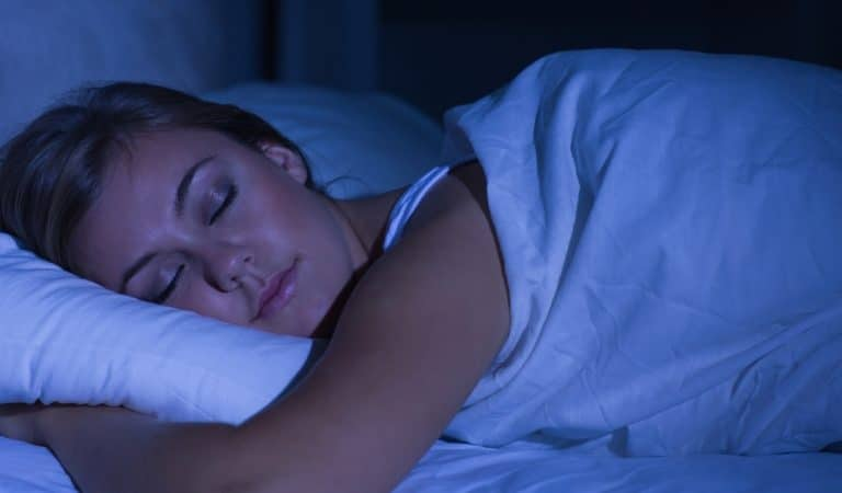 Pourquoi préfère-t-on dormir avec un drap même lorsqu'il fait chaud ?