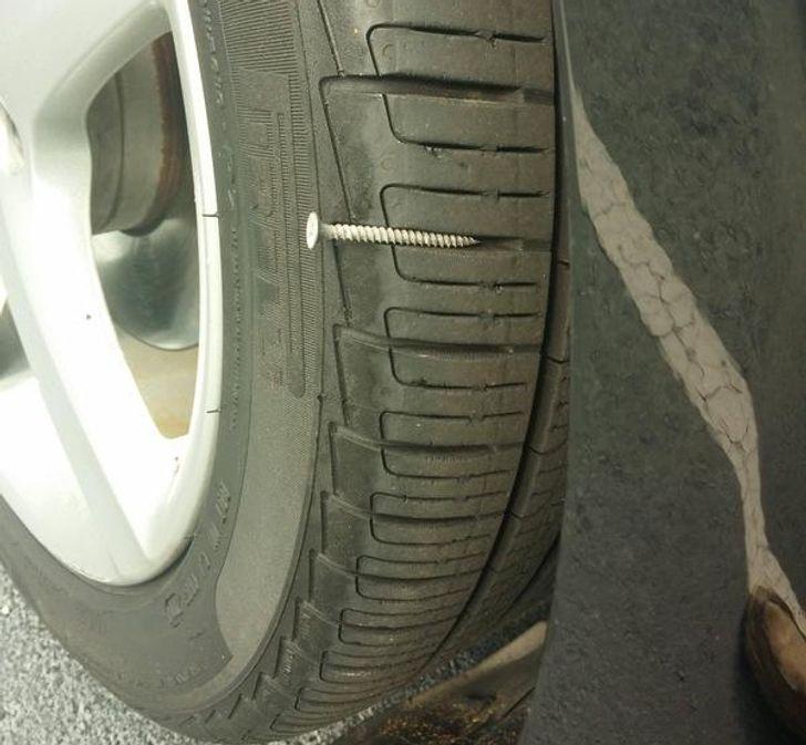 une vis et un pneu