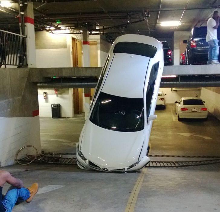 une voiture dans un garage