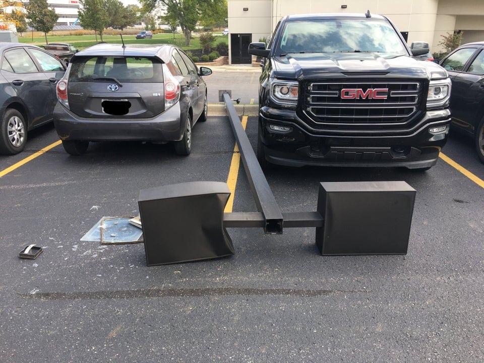 un lampadaire entre deux voitures