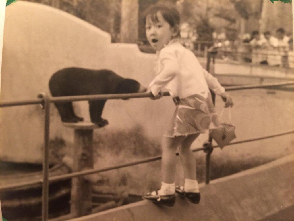 Une fillette au zoo de Ho Chi Min au Vietnam
