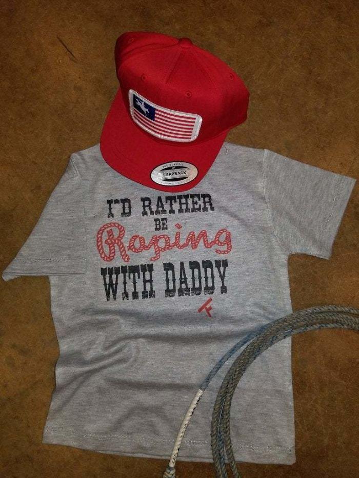 un tee-shirt et une casquette
