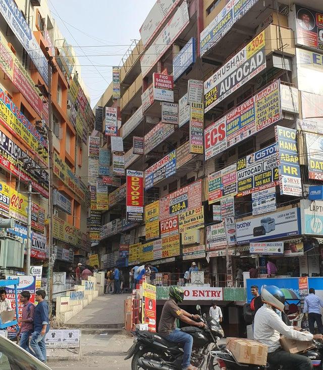des immeubles avec pubs à Hyberabad en Inde