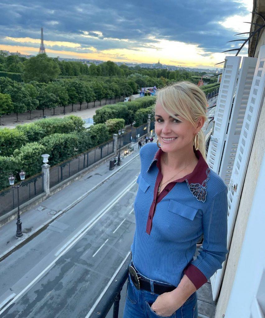 Laeticia de retour à Paris