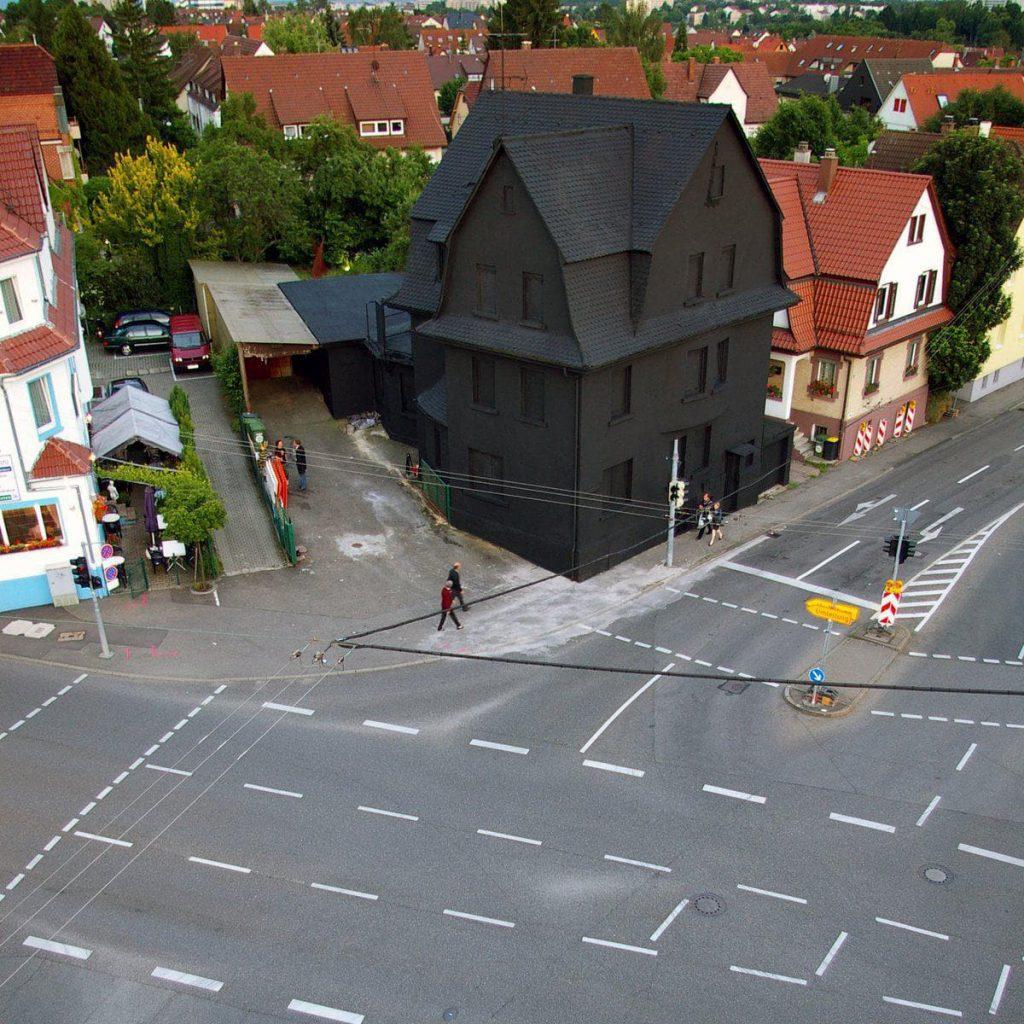 une maison noire à Stuttgart en Allemagne