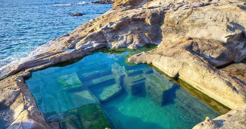 Une ancienne piscine romaine au bord de la mer