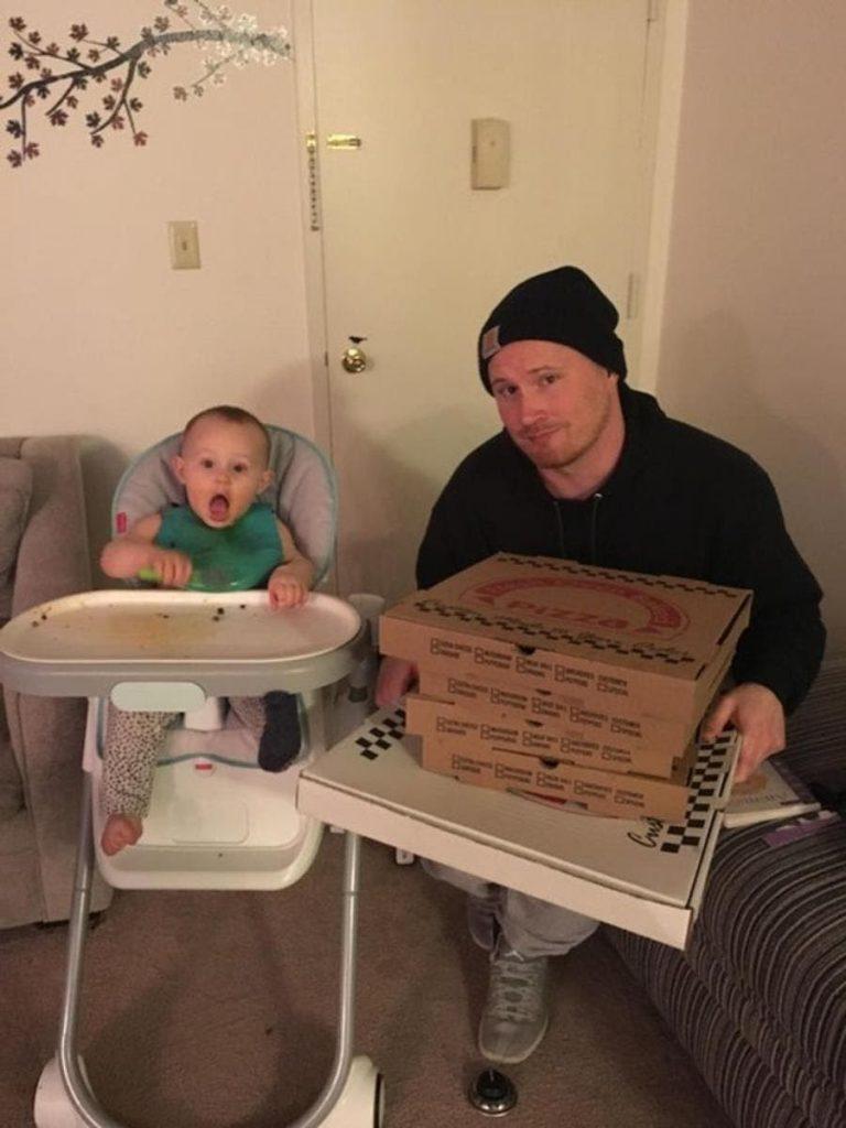 un homme et son bébé