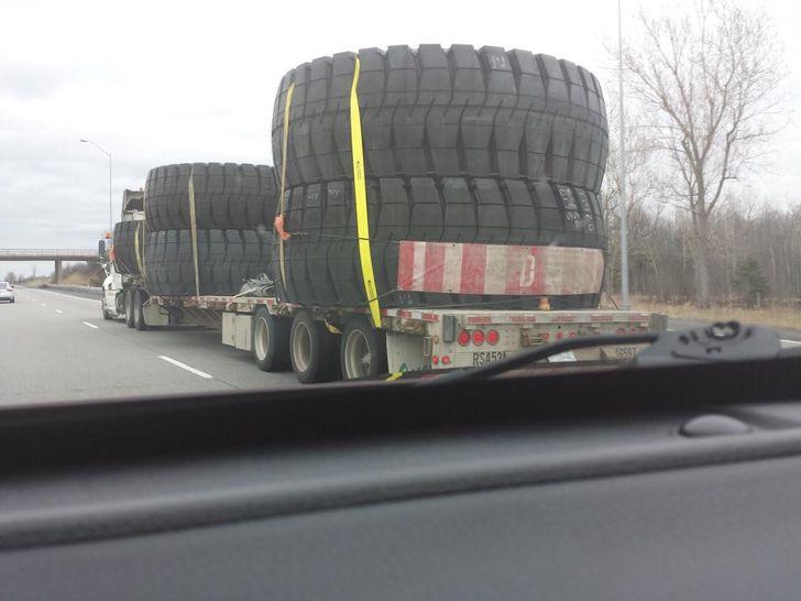des pneus énormes