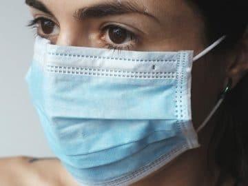 Une femme avec un masque