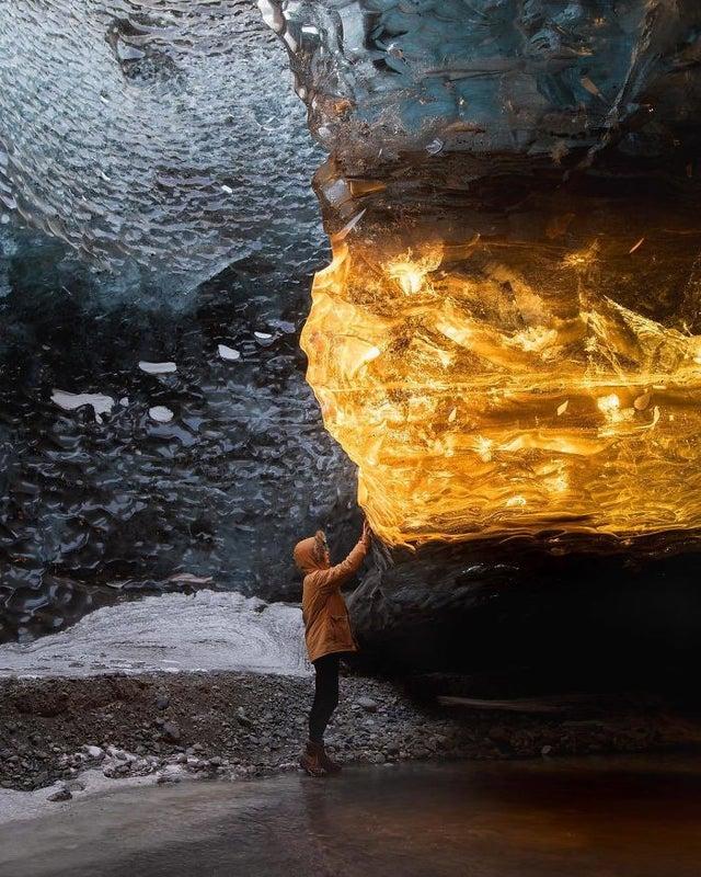 Un glacier sur lequel se reflète la lumière
