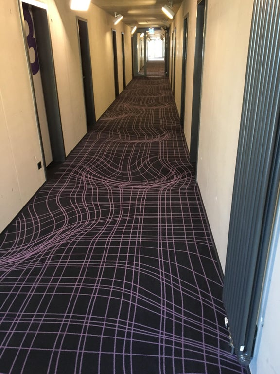 le couloir d'un hôtel