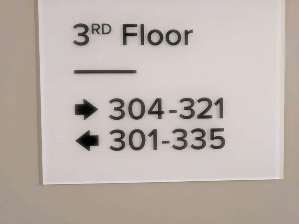 un panneau indicatif à l'hôtel