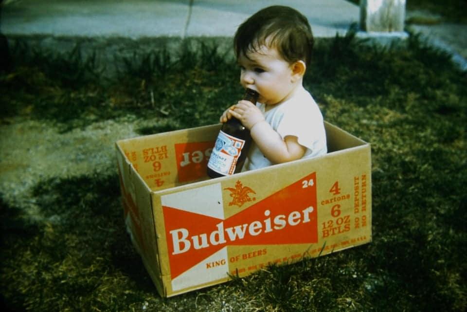un bébé qui boit