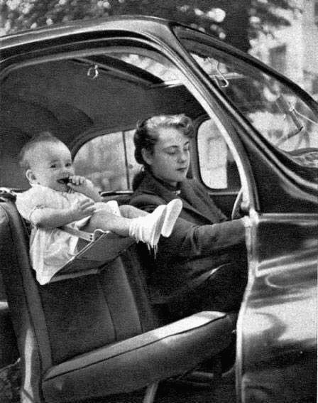 une mère et son bébé en voiture