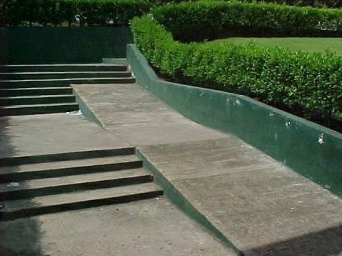 une rampe d'accès inachevée
