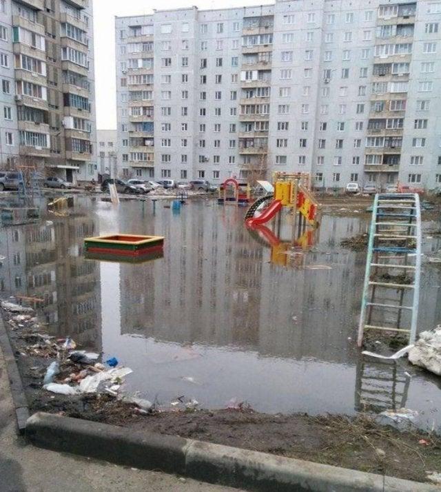 un terrain de jeux inondé
