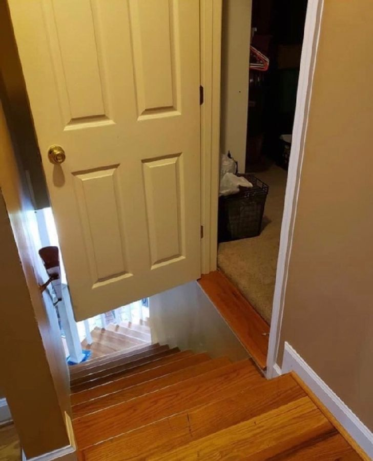 une porte mal ajustée
