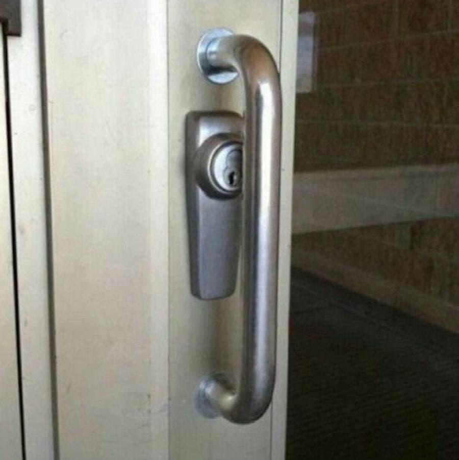 une serrure de porte