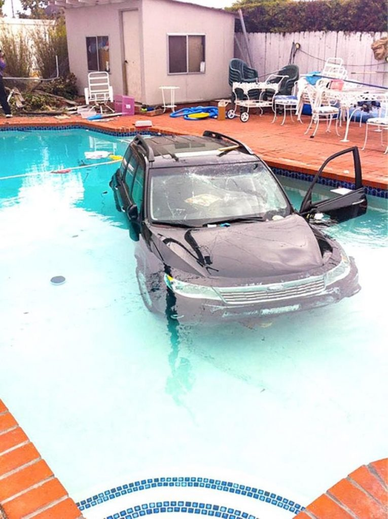 une voiture dans une piscine