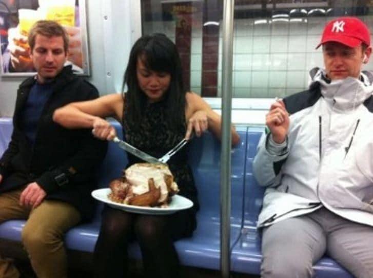 dinde-manger-métro-comportement-illogique