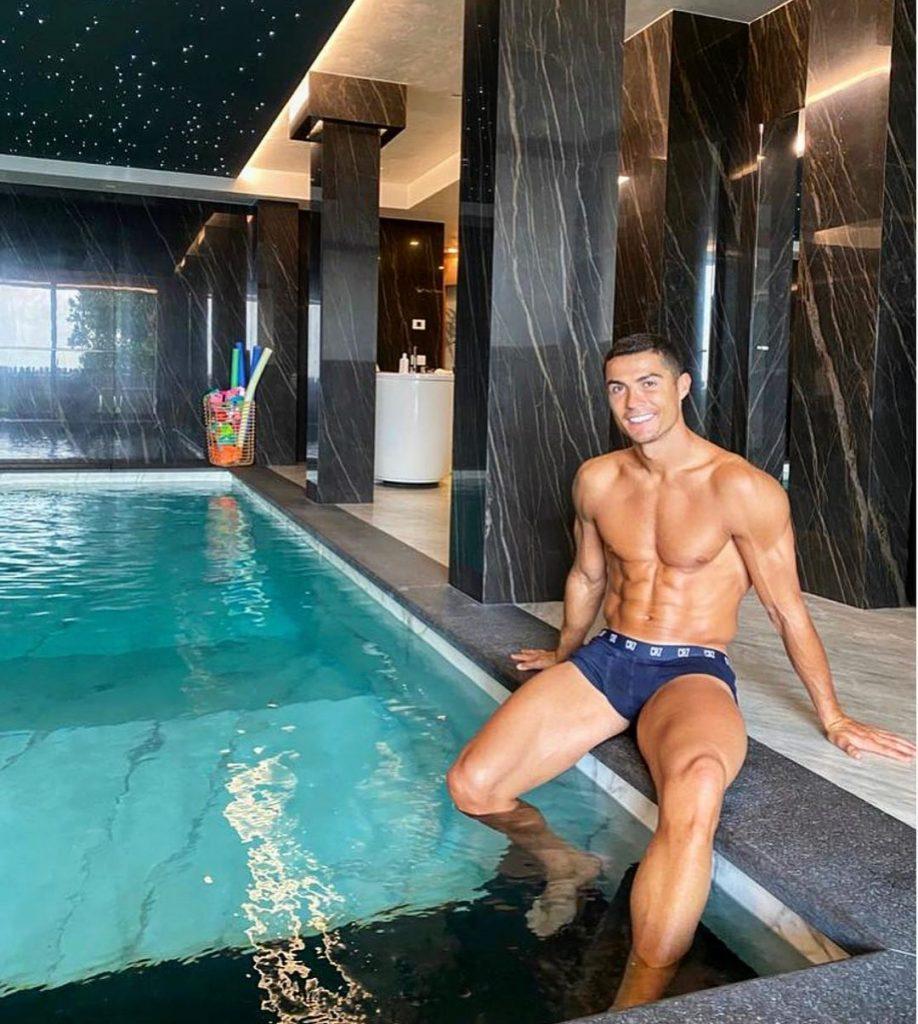 cristiano-ronaldo-a-la-piscine