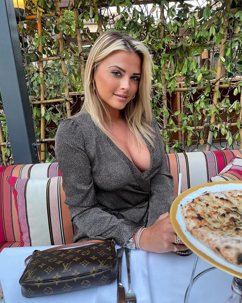 kelly-vedovelli-au-restaurant